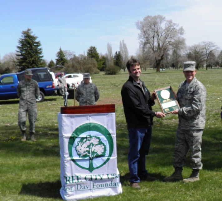 Garth presents the TCUSA award to Fairchild Air Force Base